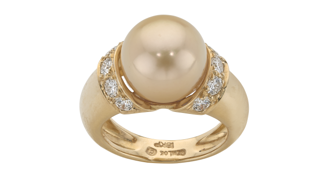 VSS762 | GEMLOK, NEW YORK. A Golden South Sea Cultured Pearl & Brilliant Cut Diamond set Ring - stamped '18K'